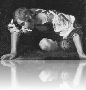 Mann am Boden, schaut ins Wasser sein Anlitz nicht erkennend